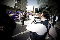 La police photographie et filme les manifestants et les journalistes afin de les ficher. Elle utilise ensuite un logiciel de reconnaissance faciale. Le nombre de policiers qui jouent aux photographes est impressionnant. La liberté de la presse est bafouée tout les jours en Turquie, il est nécessaire de le rappeler.