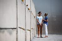 US-Praesident Tochter Malia (l.) und Sasha, am Mittwoch (19.06.13) beim Gedenkstaette Berliner Mauer in Berlin. Foto: Maja Hitij/Commonlens