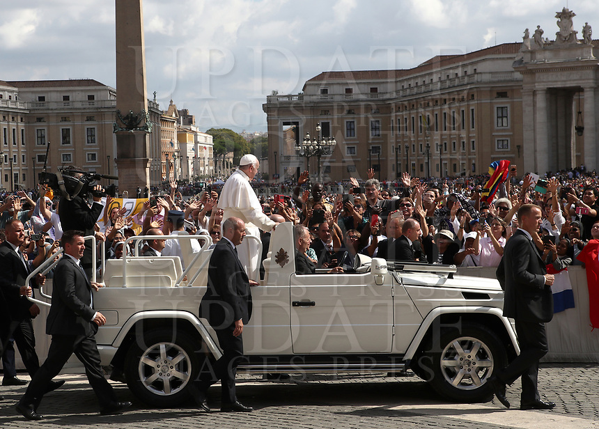 Pope Francis waves to faithful at the end of a mass for World Day of Migrants and Refugees at St. Peter's Square at the Vatican on September 29, 2019 <br /> UPDATE IMAGES PRESS/Isabella Bonotto<br /> <br /> STRICTLY ONLY FOR EDITORIAL USE