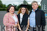 Jill Quirke graduating from Scoil Nuachabháil NS in Ballymac on Thursday, standing with her parents <br /> Julie and Michael Quirke.