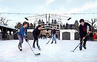 Nederland - Amsterdam - december 2018. IJshockey op de ijsbaan op het Museumplein. Boven de ijsbaan een replica van de Magere Brug.   Foto mag niet in negatieve context worden gepubliceerd.     Foto Berlinda van Dam / Hollandse Hoogte