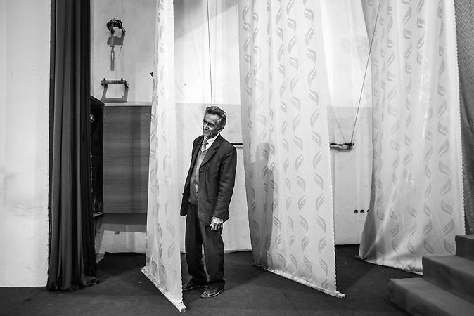 """Einst war Golik Jaupi der Vorzeigesänger des Enver Hoxha Regimes. Als er 1983 vor dem paranoiden Diktator sang, <br /> rührte er den eisernen Parteiführer zu Tränen. Seit dem ersten Folklorefestival 1968 verbrachte Golik sein Leben <br /> im Dienste der allmächtigen Partei auf der Bühne und bezog als """"Künstler des Volkes"""" zahlreiche Privilegien. <br /> Auf den kometenhaften Aufstieg folgte der schnelle Fall. Nach der Demokratisierung des Landes wurde der anerkannte Sänger systematisch von der<br />  offiziellen Bühne verbannt - heute lebt der Sänger in einem Bergdorf der Kurvelesh-Berge und hütet seine 50 Ziegen, seinen Esel und seine Kuh <br /> um sein Dasein zu sichern. Eine Reportage, die die Dynamik des Wandels vom Kommunismus zum Postkommunismus auf dem Balkan beispielhaft an einer <br /> außergewöhnlichen Künstlerbiographie sichtbar macht."""