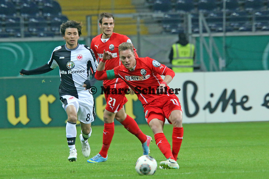 Julian Schauerte (SVS) gegen Takashi Inui (Eintracht) - Eintracht Frankfurt vs. SV Sandhausen, DFB-Pokal, Commerzbank Arena