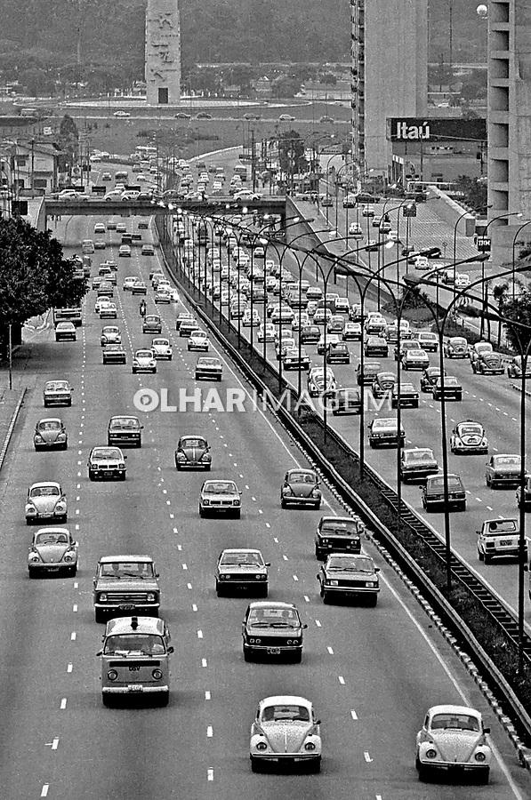 Transito na avenida 23 de Maio. São Paulo. 1979. Foto de Juca Martins.