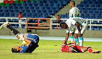 CALI -COLOMBIA-11-AGOSTO-2014. Carlos Balanta del America de Cali (Der) quedan lesionados temporalmente al chocar  con Ramiro Sanchez  de Jaguares FC de Monteria durante  partido del Torneo Postobon cuarta fecha jugado en el estadio Pascual Guerrero.  /  Carlos Balanta from America de Cali (R) are temporarily disabled when hitting Ramiro Sanchez of FC Jaguares of Monteria during party Tournament Postobon fourth round played in Pascual Guerrero stadium. Photo: VizzorImage / Juan Carlos Quintero / Stringer