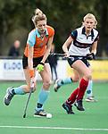 HUIZEN  -  Willemijn Bos (Gro)  met Sascha Olderaan (HUI)  , hoofdklasse competitiewedstrijd hockey dames, Huizen-Groningen (1-1)   COPYRIGHT  KOEN SUYK