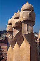 Schornsteine auf Casa Mila = La Pedrera von Antoni Gaudii, Passeig de Gracia, Barcelona, Spanien, Unesco-Weltkulturerbe