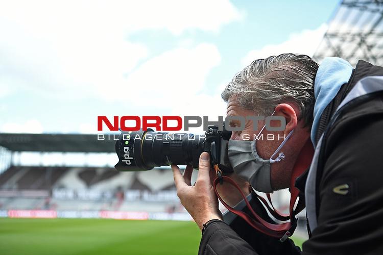 nph00001  dpa Fotograf Axel Heimken mit Mundschutz am Spielfeldrand<br /> Hamburg, 17.05.2020, Fussball 2. Bundesliga, FC St. Pauli - 1. FC Nuernberg <br /> <br /> Foto: Tim Groothuis/Witters/Pool//via Kokenge/nordphoto