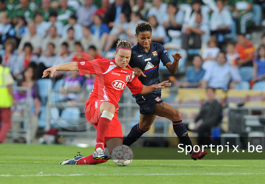 Uefa Women 's Champions League Final 2010 at  Coliseum Alfonso Perez in Getafe , Madrid : Olympique Lyon - Turbine Potsdam : Elodie Thomis aan de bal voor Josephine Henning.foto DAVID CATRY / Vrouwenteam.be