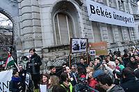 """UNGARN, 30.03.2013, Budapest - VI. Bezirk. Zwei Tage vor Inkrafttreten des 4. Aenderungspakets zur neuen Verfassung, das effektiv das Ende des Rechtsstaates bedeutet, demonstrieren Studenten und Opposition vor der Fidesz-Parteizentrale in der Lendvay utca: Fidesz wuenscht """"Friedliche Feiertage"""" - es ist Ostersamstag. Braune Tafel: """"Ihr seid heute die, gegen die ihr 89 gekaempft habt!""""   Two days before the fourth amendment of the constitution comes into force, which practically means the end of the rule of law, students and oppositionals demonstrate outside the Fidesz party headquarters in Lendvay street: Fidesz wishes """"Peaceful holidays"""" - it is Easter Saturday. Brown plate: """"You are today those you fought in 89!""""  © Martin Fejer/EST&OST"""