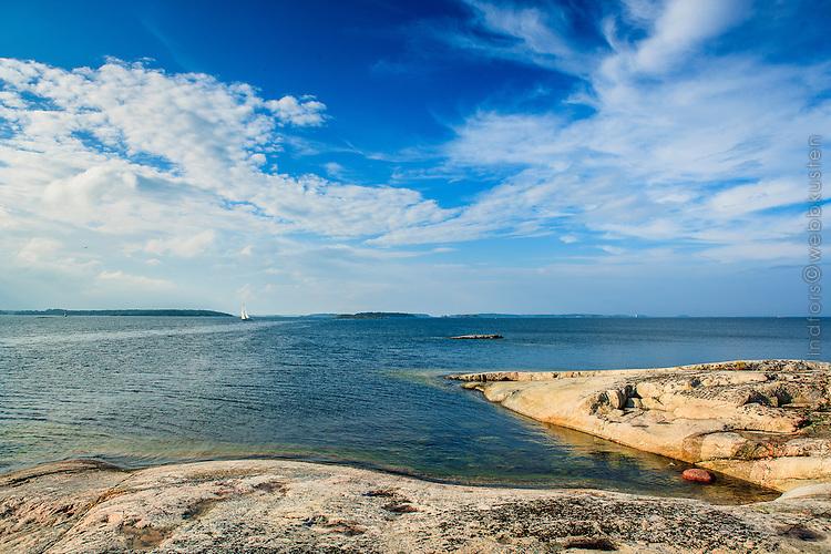 Blått vatten och blå himmel på Stor-Tistronskär i Stockholms skärgård/ Stockholm archipelago Sweden