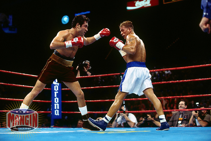 LAS VEGAS, NV - Oscar De La Hoya (left) fights  Arturo Gatti at the MGM Grand Hotel in Las Vegas, Nevada on March 24, 2001. Photo by Brad Mangin