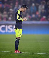 FUSSBALL CHAMPIONS LEAGUE SAISON 2016/2017 GRUPPENPHASE FC Basel - Arsenal London            06.12.2016 Mesut Oezil (Arsenal) betet vor dem Spiel