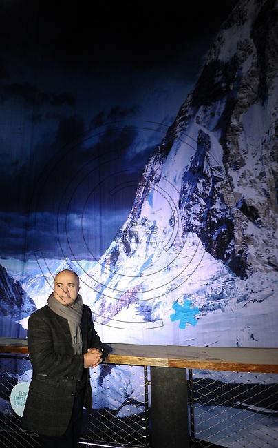 panorama-künstler yadegar asisi hängt im Nanometer Leipzig sein überarbeitetes Panoramafoto vom Mount Everest erneut auf.  Foto: aif / Norman Rembarz..Jegliche kommerzielle wie redaktionelle Nutzung ist honorar- und mehrwertsteuerpflichtig! Persönlichkeitsrechte sind zu wahren. Es wird keine Haftung übernommen bei Verletzung von Rechten Dritter. Autoren-Nennung gem. §13 UrhGes. wird verlangt. Weitergabe an Dritte nur nach  vorheriger Absprache. Online-Nutzung ist separat kostenpflichtig..