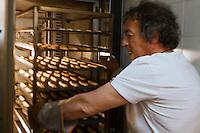 Europe/France/Provence-Alpes-Côte d'Azur/13/Bouches-du-Rhône/Marseille: Préparation des Navettes des Accoules de José Orsoni - la sortie du four
