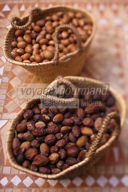 Afrique/Afrique du Nord/Maroc/Province d'Agadir/Tighanimine Elbaz:  Noix et amandons de  l'Affiache, fruit de l'arganier à la Coopérative féminine de Tighanimine Elbaz qui fabrique artisanalement de l'huile d' argan