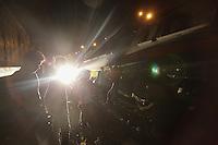MAKATI, FILIPINAS, 30.04.2015 - ACIDENTE-TREM - Um trem da Philippine National Railway (PNR) descarrilhou na cidade de Makati ao sul de Manila, na madrugada desta quinta-feira, 30. De acordo com informações da imprensa local, cerca de 80 pessoas ficaram feridas durante o acidente, não há informações sobre a causa do acidente. (Foto: Mark Cristino / Brazil Photo Press).