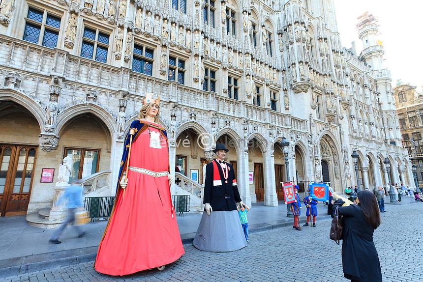 Belgique, Bruxelles, la Grand-Place, Grote Markt en néerlandais, classée au patrimoine mondial de l'UNESCO, devant l'Hôtel-de-Ville, les Géants de Tournai venus à l'occasion du centenaire des tournaisiens de Bruxelles // Belgium, Brussels, the Grand Place, Grote Markt in Dutch, listed as World Heritage by UNESCO, in front of Hôtel-de-Ville, the Giants of Tournai come on the occasion of the centenary of the tournaisiens of Brussels