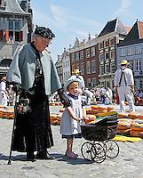 Nederland  Hoorn 2016.  Kaasmarkt in Hoorn.Vrouw en kind in klederdracht.  Foto Berlinda van Dam / Hollandse Hoogte