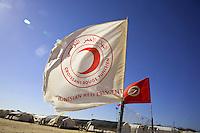 Tunisie RasDjir Camp UNHCR de refugies libyens a la frontiere entre Tunisie et Libye ....Tunisia Rasdjir UNHCR refugees camp  Tunisian and Libyan border   Vue generale du camp ....general camp landscape campo profughi frontiera libica Bandiere Mezzaluna Rossa Drapeaux croissant rouge  Red crescent flags