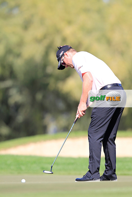 Marc WARREN (SCO) putts at the 1st green during Pink Friday's Round 2 of the 2015 Omega Dubai Desert Classic held at the Emirates Golf Club, Dubai, UAE.: Picture Eoin Clarke, www.golffile.ie: 1/30/2015