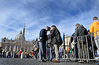 Vatican City, Vatican, November 22, 2015. Controlli di polizia per entrare in Piazza San Pietro. Il Vaticano è stato segnalato come uno dei prossimi bersagli da parte dei terroristi Islamici. People are searched at a security checkpoint as they arrive in St. Peter's Square at the Vatican, for the Pope Francis' Angelus noon prayer. intelligence services have warned the Vatican that it could be the next target for Islamist terrorists after last week's attacks in France have prompted alarm in Rome.