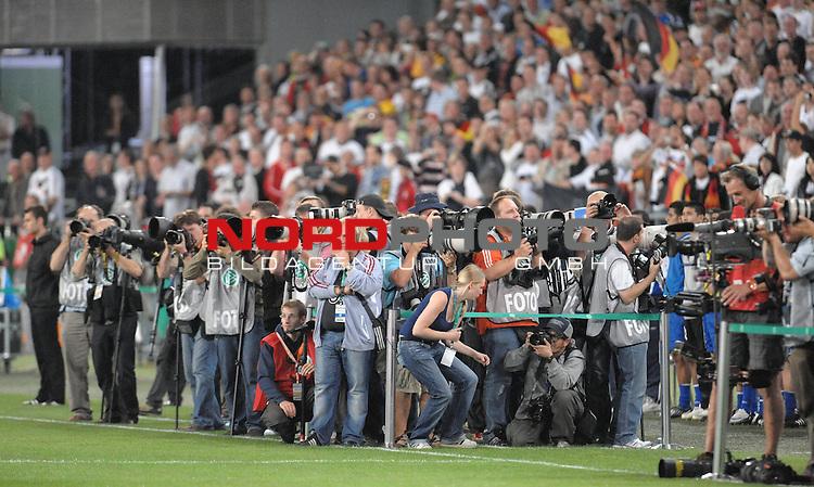 Fussball, L&auml;nderspiel, WM 2010 Qualifikation Gruppe 4 in D&uuml;sseldorf<br />  Deutschland (GER) vs. Aserbaidschan ( AZE )<br /> <br /> Fotografenmeute vor dem Spiel - Feature<br /> <br /> <br /> Foto &copy; nph (  nordphoto  )<br />  *** Local Caption *** <br /> <br /> Fotos sind ohne vorherigen schriftliche Zustimmung ausschliesslich f&uuml;r redaktionelle Publikationszwecke zu verwenden.<br /> Auf Anfrage in hoeherer Qualitaet/Aufloesung