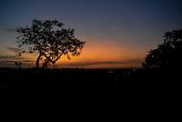 PIRACICABA, SP, 29.04.2015 - CLIMA-SP - Pôr-do sol visto do bairro Glebas Califórnia em Piracicaba, região noroeste da cidade de Piracicaba nesta quarta-feira, 29. (Foto: Mauricio Bento/Brazil Photo Press/Folhapress).