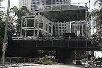 SAO PAULO, SP, 28.12.2014 – MONTAGEM DO PALCO NA AV PAULISTA: O palco esta sendo montado para o reveillon na av Paulista, região central de São Paulo na tarde deste domingo (28). (Foto: Marcos Moraes / Brazil Photo Press).