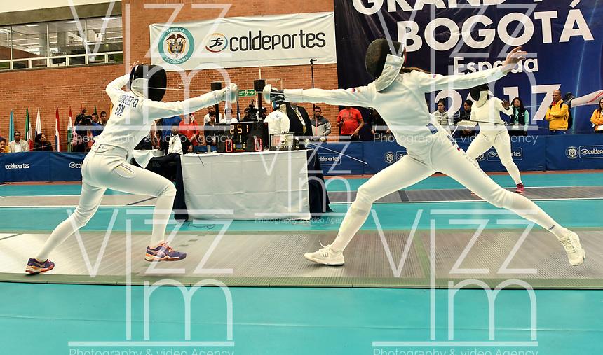 BOGOTA – COLOMBIA – 27 – 05 – 2017: Diana Rodriguez (Izq.) de Colombia, combate con Daria Martynyuk (Der.) de Rusia, durante Damas Mayores Epee del Gran Prix de Espada Bogota 2017, que se realiza en el Centro de Alto Rendimiento en Altura, del 26 al 28 de mayo del presente año en la ciudad de Bogota.  / Diana Rodriguez (L) from Colombia, fights with Daria Martynyuk (R) from Russia, during Senior Women´s Epee of the Grand Prix of Espada Bogota 2017, that takes place in the Center of High Performance in Height, from the 26 to the 28 of May of the present year in The city of Bogota.  / Photo: VizzorImage / Luis Ramirez / Staff.