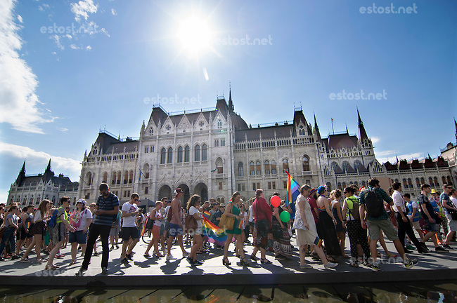 UNGARN, 07.2017. Budapest - V. Bezirk. Budapest Pride, jaehrlicher Aufzug der Homosexuellen, inzwischen ein Treffpunkt aller, die fuer eine feie, offene Gesellschaft eintreten. Startkundgebung auf dem Kossuth-Lajos-Platz vor dem Parlament. | Budapest Pride annual homosexual parade, by now an event joined by anybody striving for a free open society. Start manifestation on Kossuth Lajos square in front of the parliament. © Martin Fejer/estost.net.