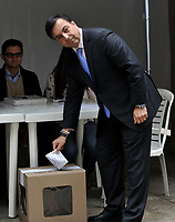 BOGOTÁ – COLOMBIA, 27-05-2018: Juan Carlos Galindo, Registrador Nacional de Colombia, ejerce su derecho al voto en La Plaza de Bolívar, durante la jornada de elecciones Presidenciales para el periodo 2018-2022. / Juan Carlos Galindo, National Registrar of Colombia, exercises their right to vote in the Plaza de Bolívar, during the presidential election day for the period 2018-2022. Photo: VizzorImage/ Luis Ramirez / Staff.