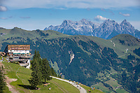 Austria, Tyrol, above Kitzbuhel: mountain station of cable car Hahnenkammbahn, at background Loferer Steinberge mountains | Oesterreich, Tirol, oberhalb Kitzbuehel: die Bergstation der Hahnenkammbahn Hochkitzbuehel, im Hintergrund die Loferer Steinberge