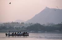 Asie/Inde/Rajasthan/Udaipur: Bateau sur le lac Pichola dans la lumière du soir