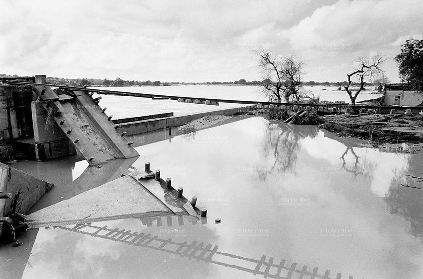 Mozambique. Province of Gaza. Barragem. The Limpopo river has flooded the whole town and destroyed the railway bridge. © 2000 Didier Ruef