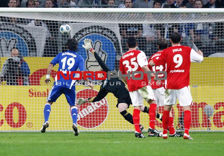 FBL  2008/2009  RŁckrunde 28. Spieltag <br /> Schalke 04 - Energie Cottbus<br /> Das 1:0-Tor von Christian Pander (Schalke - GER #24). Gerhard Tremmel (#1 Energie Cottbus / Torwart / Keeper) kann den Ball nicht mehr erreichen. Links: Halil Altintop (Schalke - TUR #19), rechts: Cagdas Atan (#35 Energie Cottbus), Dusan Vasiljevic (#14 Energie Cottbus) und Emil Gabriel Jula (#9 Energie Cottbus)<br /> <br /> Foto &copy; nph (  nordphoto  )<br /> <br /> <br /> <br />  *** Local Caption ***