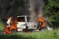 Brennendes Fahrzeug im Übungsszenario - Messel/Egelsbach 12.05.2018: Feuerwehr-Großübung im Wald