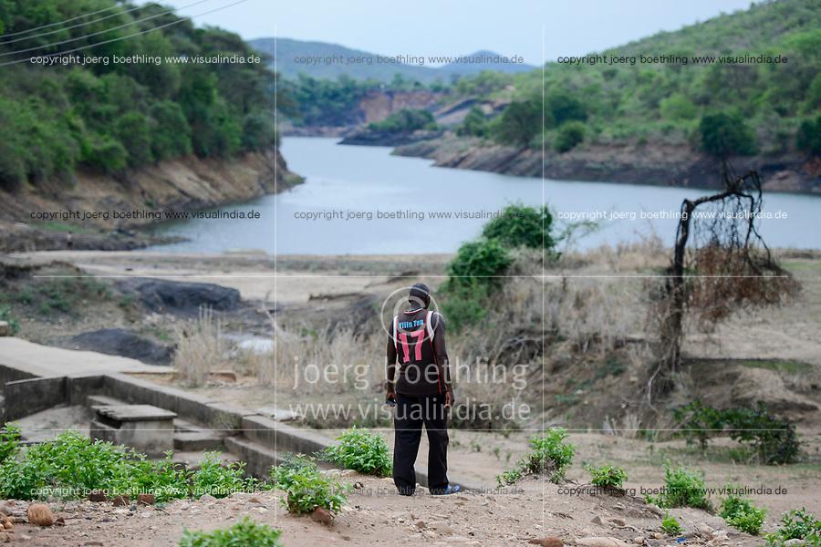 ZAMBIA, Sinazese, village Nkandabbwe, chinese Collum coal mine, villager were moved out and have lost their farms, abandoned open pit coal mine / SAMBIA, Dorfbewohner mußten der chinesischen Collum Kohlemine weichen und wurden umgesiedelt, einige Dorfbewohner holen selbst Kohle aus einem von einer italienischen Firma in den 1960er Jahren aufgegebenen ueberflutetem Kohletagebau, da sie ihre Felder verloren haben und durch den Verkauf von Kohle Einnahmen erzielen, darüber gibt es Streit mit den heutigen chinesischen Eigentuemern