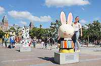 Nederland Amsterdam 2015 07 30 .In 2015 wordt Nijntje 60 jaar. Een van de evenementen die georganiseerd worden is de Nijntje Art Parade. Deze Parade is georganiseerd in samenwerking met UNICEF. Nijntjes en toeristen op het Museumplein