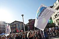 MONTESILVANO (PE) 04-05-2012 - L'ONOREVOLE ANTONIO DI PIETRO IN PIAZZA A MONTESILVANO A SOSTEGNO DI ATTILIA DI MATTIA, CANDIDATO SINDACO IDV ALLE PROSSIME ELEZIONI AMMINISTRATIVE COMUNALI..NELLA FOTO UNA VEDUTA DELLA PIAZZA CON LA BANDIERA DELL'IDV.FOTO DI LORETO