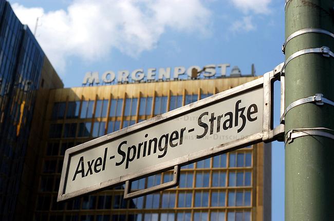 Querelen auf dem Berliner Zeitungsmarkt<br /> Die beiden Medien-Konzerne Holtzbrinck und Springer haben im Streit um die Neuordnung des Berliner Zeitungsmarkts mit der Einstellung ihrer Hauptstadt-Zeitungen gedroht.<br /> Der Holtzbrink-Konzern, Inhaber des &quot;Tagesspiegel&quot;, beabsichtigt die &quot;Berliner Zeitung&ldquo; von Gruner &amp; Jahr zu kaufen. Dazu ist eine Sondererlaubnis des Bundeswirtschaftsministers Minister Clement erforderlich. Sollte Clement diese Erlaubnis nicht erteilen, wuerde der Holtzbinck-Konzern sich vorbehalten den Tagesspiegel einzustellen.<br /> Der Springer-Konzern droht im Fall einer Kauferlaubnis durch den Bundeswirtschaftsminister seine Zeitungen &quot;Berliner Morgenpost&quot; und &quot;Die Welt&quot; einzustellen.<br /> Hier: Springer-Verlagsgebaeude, Sitz der Tageszeitung &quot;Morgenpost&quot;.<br /> 23.4.2003, Berlin<br /> Copyright: Christian-Ditsch.de<br /> [Inhaltsveraendernde Manipulation des Fotos nur nach ausdruecklicher Genehmigung des Fotografen. Vereinbarungen ueber Abtretung von Persoenlichkeitsrechten/Model Release der abgebildeten Person/Personen liegen nicht vor. NO MODEL RELEASE! Nur fuer Redaktionelle Zwecke. Don't publish without copyright Christian-Ditsch.de, Veroeffentlichung nur mit Fotografennennung, sowie gegen Honorar, MwSt. und Beleg. Konto: I N G - D i B a, IBAN DE58500105175400192269, BIC INGDDEFFXXX, Kontakt: post@christian-ditsch.de<br /> Bei der Bearbeitung der Dateiinformationen darf die Urheberkennzeichnung in den EXIF- und  IPTC-Daten nicht entfernt werden, diese sind in digitalen Medien nach &sect;95c UrhG rechtlich geschuetzt. Der Urhebervermerk wird gemaess &sect;13 UrhG verlangt.]