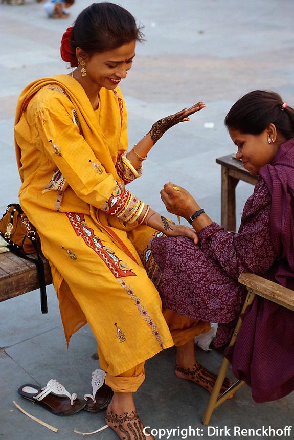 Mendi (Bemalen von Händen oder Füßen mit Henna), Delhi, Indien