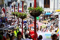 MANIZALES-COLOMBIA- 04-05-2013. Paso de la caravana por la cra 22, durante la marcha contra el aborto en Manizales, donde participaron cerca de mil quinientas personas. La marcha recorrió la Avenida Santander, hasta la Plaza de Bolívar. (Photo: VizzorImage/ Yonboni)