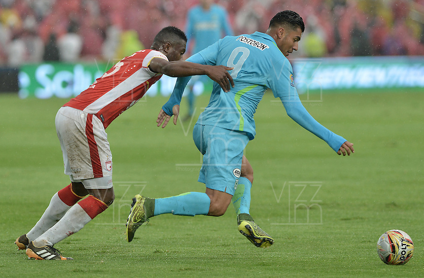 BOGOTÁ -COLOMBIA, 07-11-2015. Jordy Monroy (Izq) de Independiente Santa Fe disputa el balón con Jefferson Duque (Der) jugador de Atlético Nacional durante partido por la fecha 19 de la Liga Aguila II 2015 jugado en el estadio Nemesio Camacho El Campín de la ciudad de Bogotá./ Jordy Monroy player (L) of Independiente Santa Fe fights for the ball with Jefferson Duque (R) player of Atletico Nacional during the match for the date 19 of the Aguila League II 2015 played at Nemesio Camacho El Campin stadium in Bogotá city. Photo: VizzorImage/ Gabriel Aponte / Staff