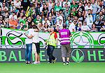 Stockholm 2014-07-20 Fotboll Superettan Hammarby IF - &Ouml;sters IF :  <br /> En Hammarby supporter springer in p&aring; planen och kramar Hammarbys Linus Hallenius som v&auml;lkomnas till Hammarby innan matchen mot &Ouml;ster <br /> (Foto: Kenta J&ouml;nsson) Nyckelord:  Superettan Tele2 Arena Hammarby HIF Bajen &Ouml;ster &Ouml;IF supporter fans publik supporters jubel gl&auml;dje lycka glad happy