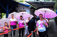 RIO DE JANEIRO, RJ, 02 DE OUTUBRO DE 2013 - OUTUBRO ROSA / CORCOVADO / CRISTO / RJ- Integrantes e voluntários da fundação Laço Rosa, realizaram na tarde desta quarta (2), uma ação, no Corcovado (Cristo Redentor), alertando os turistas sobre o câncer de mama, no Cosme Velho, zona sul do Rio de Janeiro. (Foto: Marcelo Fonseca / Brazil Photo Press).