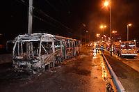SAO PAULO, SP, 14 DE SETEMBRO DE 2013 – ÔNIBUS INCENDIADO: Um ônibus foi incendiado na noite deste sabado (14) na Av. Engenheiro Armando de Arruda Pereira, próximo ao numero 6500, bairro de Americanópolis, zona sul de São Paulo. Os bombeiros no local informaram que foram recebidos com pedradas por populares que não queriam que o fogo fosse extinto. O motivo do ataque não foi informados. Ninguém ficou ferido. FOTO: LEVI BIANCO - BRAZIL PHOTO PRESS