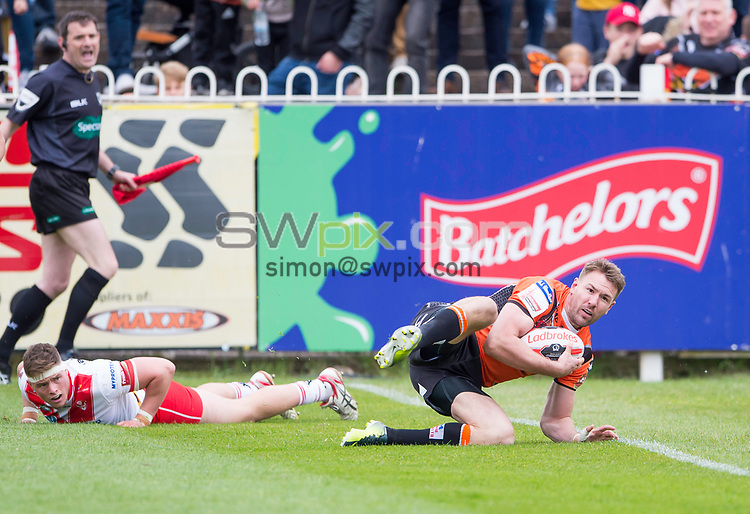 Picture by Allan McKenzie/SWpix.com - 13/05/2017 - Rugby League - Ladbrokes Challenge Cup - Castleford Tigers v St Helens - The Mend A Hose Jungle, Castleford, England - Castleford's Michael Shenton touches down to score a try against St Helens.