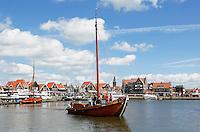 Schip vaart de haven van Volendam uit, tijdens Volendammerdag