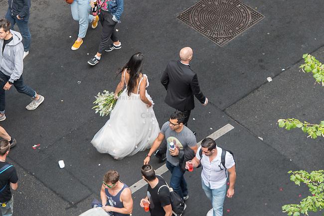 """Die Techno-Parade """"Zug der Liebe"""" zog am Samstag den 25. August 2018 mit zehntausenden tanzenden Menschen durch Berlin. Die Organisatoren wollen mit dem seit 2015 stattfindenden Zug der Liebe """"ein Zeichen fuer mehr Naechstenliebe und soziales Engagement"""" setzen. """"Wir protestieren friedlich aber lautstark gegen rechtspopulistische Triebe und die anwachsende Gleichgueltigkeit in unserer Gesellschaft. Toleranz und Menschlichkeit, als wichtige Werte einer liberalen Gesellschaft, sollen im Alltag wieder mehr in den Vordergrund ruecken"""".<br /> Im Bild: Ein Hochzeitspaar.<br /> 25.8.2018, Berlin<br /> Copyright: Christian-Ditsch.de<br /> [Inhaltsveraendernde Manipulation des Fotos nur nach ausdruecklicher Genehmigung des Fotografen. Vereinbarungen ueber Abtretung von Persoenlichkeitsrechten/Model Release der abgebildeten Person/Personen liegen nicht vor. NO MODEL RELEASE! Nur fuer Redaktionelle Zwecke. Don't publish without copyright Christian-Ditsch.de, Veroeffentlichung nur mit Fotografennennung, sowie gegen Honorar, MwSt. und Beleg. Konto: I N G - D i B a, IBAN DE58500105175400192269, BIC INGDDEFFXXX, Kontakt: post@christian-ditsch.de<br /> Bei der Bearbeitung der Dateiinformationen darf die Urheberkennzeichnung in den EXIF- und  IPTC-Daten nicht entfernt werden, diese sind in digitalen Medien nach §95c UrhG rechtlich geschuetzt. Der Urhebervermerk wird gemaess §13 UrhG verlangt.]"""